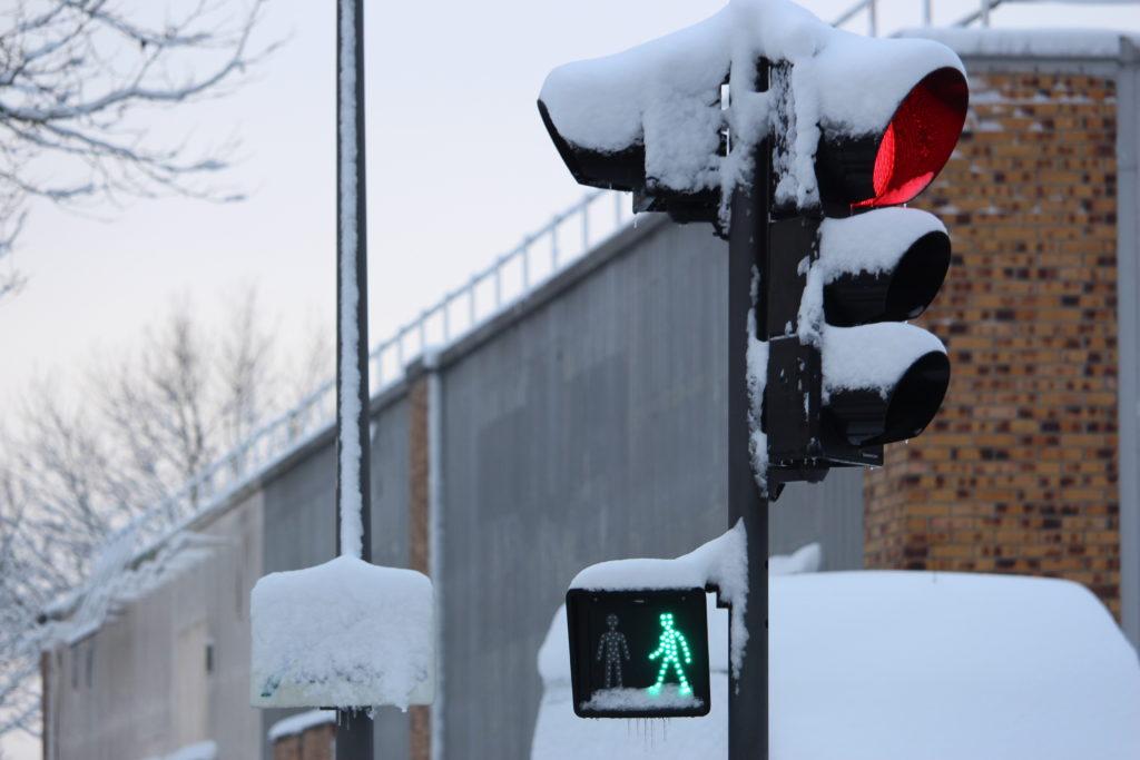 Feu tricolore sous neige aux Mureaux